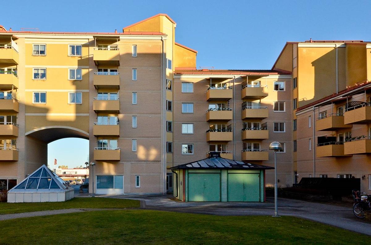 Högst upp med balkong i sydvästläge och långa vyer
